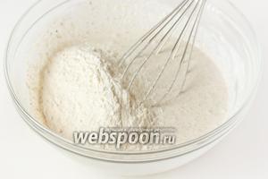 Всыпаем просеянную и перемешанную с содой пшеничную муку.