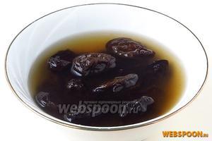 Чернослив залить небольшим количеством подслащенной воды и отварить до полуготовности.