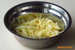 Яблоки очистить от кожицы и семян и нарезать тонкой соломкой.