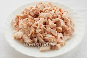 Куриную грудку очистите от костей и кожицы и нарежьте поперек волокон кубиками.