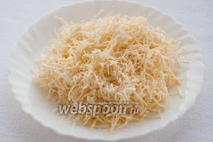 Колбасный сыр следует почистить от копченой шкурки и натереть на мелкой терке.