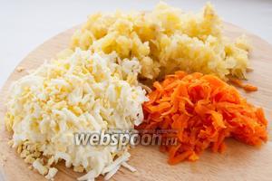 Картофель, морковь и яйца натрите на крупной терке или порежьте кубиками.