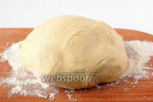 Достаем тесто, промокаем салфеткой, домешиваем остальную муку. Даём тесту отдохнуть 15 минут в тёплом месте. Тесто готово к работе!