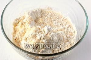 Добавить тёплое молоко (около 37°С) и 6 столовых ложек муки.