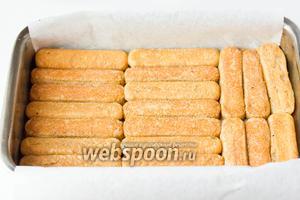 Выкладываем печеньем плотным нижним слоем.