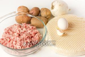 Для приготовления быстрого мясного пирога нам понадобится свиной фарш, куриное яйцо, картофель (небольшого размера), лук, чеснок, вафельные коржи (примерно 7-8 коржей), соль, чёрный молотый перец.