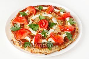 Готовый пирог украшаем по желанию и подаём к столу как горячее блюдо или как закуску в холодном виде.