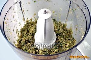 Грецкие орехи, поджаренные и очищенные от коричневой плёнки, вместе с огурцами и зеленью измельчаем в комбайне до мелкозернистого состояния.