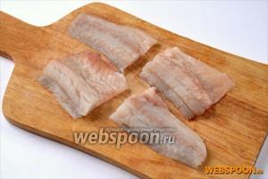 Филе разморозить или приготовить самостоятельно из тушек минтая, разрезать на порционные кусочки.