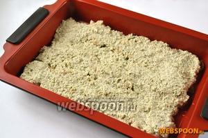Выложить рыбу в лоток для запекания и покрыть орехово-огуречным соусом. Запекать примерно 20 минут при температуре 180°C.