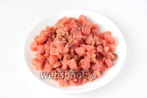 С куска солёной красной рыбы срезаем филе, вынимаем все кости и нарезаем мелкими кубиками.