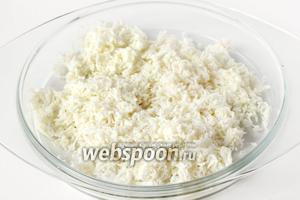 Яичные белки также натираем на мелкой тёрке, отдельно от желтков (оставив белок 1 яйца для украшения салата).