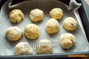 Формируем из теста шарики размером чуть больше грецкого ореха. Выкладываем в форму для запекания и ставим в духовку, разогретую до 175-180°C.