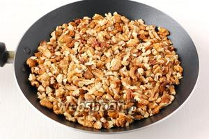Поджарить орехи на сухой сковороде 4-5 минут.