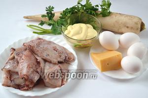 Подготовим ингредиенты для салата: дайкон, кальмары, яйца, сыр, яблоко, майонез и зелень петрушки.