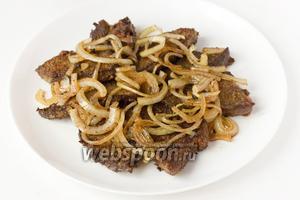 На печень выкладываем обжаренный лук. Подаём печень по-московски в горячем виде с гарниром на обед.