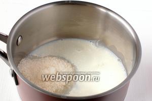 Соединить сахар и молоко. Довести до кипения.