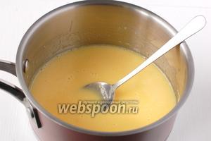 Перелить яичную смесь в кастрюлю и довести смесь до кипения, всё время помешивая. Но не кипятить.