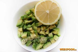 Авокадо очищаем от кожицы и нарезаем на кубики. Нарезанное авокадо заправляем лимонным соком.