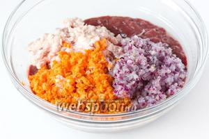 Также пропускаем через мясорубку и добавляем к остальным ингредиентам.