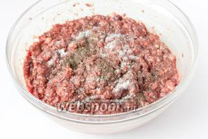 Тщательно перемешиваем массу для паштета, всыпаем соль и чёрный молотый перец.