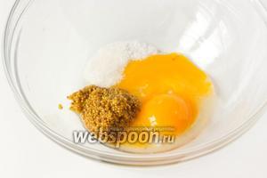 Соединяем в глубокой миске желтки, половину столовой ложки яблочного уксуса, горчицу, сахар и соль.
