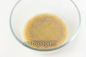 Соединяем и перемешиваем уксус, воду, горчицу, соль, сахар и чёрный молотый перец.