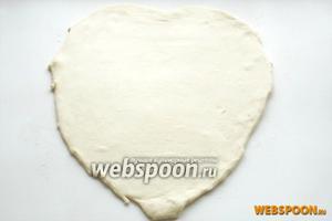 Тесто раскатываем толщиной 0,5 см. Вырезаем пласт, который по контуру соответствует вашей форме для выпечки, только на 3-4 см шире по краям. Нужно будет в форме сделать бортики.