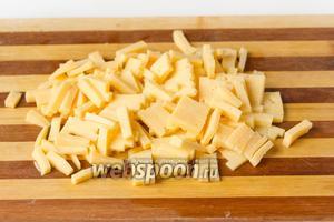 Сыр нарезаем так же.