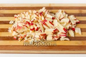 Яблоко моем и нарезаем вместе с кожурой небольшими брусочками.