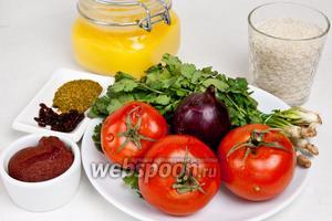 Для приготовления харчо понадобится масло растительное или   топлёное , рис, помидоры, томатная паста, лук, кинза, соль, сахар, вода, а также специи: барбарис, перец красный и чёрный, кориандр, куркума, фенхель, имбирь, паприка и базилик.