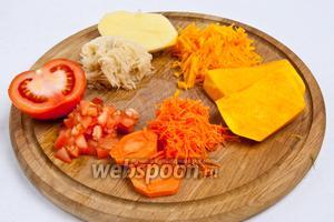 Помидоры нарезать кубиками, картофель и морковь натереть на мелкой тёрке, тыкву натереть на крупной. Или как вам нравится.