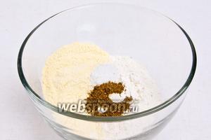 Смешать гороховую муку, пшеничную муку, соду, соль и смесь специй.