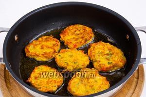 Разогреть сковородку с маслом и выливать по столовой или больше ложки теста, обжаривая с обеих сторон до золотистого цвета.