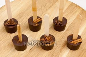 Затем извлечь шоколад из стаканчиков. Десерт готов!