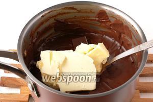 В горячий крем добавить шоколад и масло. Размешать.