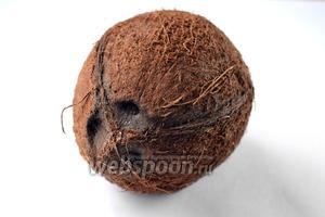 Берём ножницы с узкими лезвиями или гвоздь и поочередно нажимаем на глазки кокоса. Два будут закрыты наглухо и нажиму не поддадутся, а третий легко вскроется.
