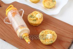 Размягчённое при комнатной температуре сливочное масло поместить в кондитерский шприц с насадкой «звёздочка» и выжать на каждый маффин небольшую горку масла.