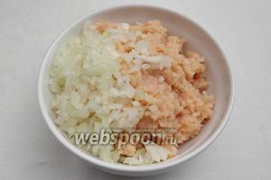 Измельчить куриное мясо в мясорубке или с помощью блендера. Соединить с луком. Добавить кунжутное масло (любое растительное), пару ложек кипячёной воды, чтобы тефтели были сочнее.