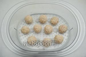 Разложить рисовые шарики в лоток пароварки на расстоянии друг от друга, чтобы не повредить колючки будущих ёжиков. Готовить на пару 40 минут.