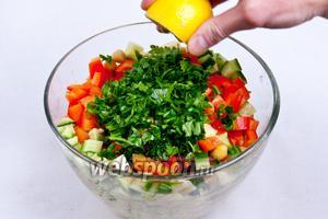 Все ингредиенты поместить в миску и выжать лимонный сок (примерно 2 ст. л.) и добавить рубленную петрушку.