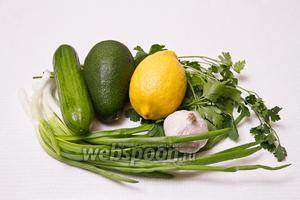 Основные ингредиенты: авокадо, огурцы, лимон, зелёный лук, петрушка, чеснок.