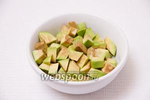 Нарезаем кубиками авокадо.
