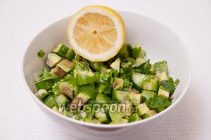 Выдавливаем лимонный сок на салат и ставим на 30 минут в холодильник.