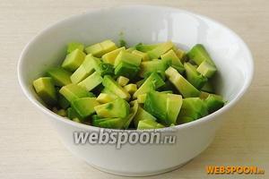 Плод авокадо разрезать поперёк до косточки, повернуть половинки в противоположные стороны, вынуть косточку и снять кожицу, а затем нарезать мякоть мелкими кубиками.