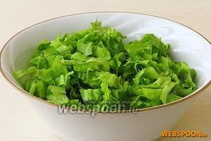 Салат вымыть в проточной воде, обсушить, нарезать соломкой.