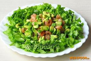 На середину тарелки выложить креветки с авокадо.