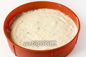 На начинку выкладываем оставшееся тесто, вновь разравниваем, покрывая начинку.