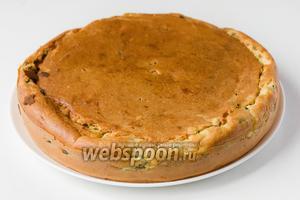 После того, как пирог будет готов, перекладываем его на блюдо, накрываем чистым полотенцем и даём полностью остыть! Только потом нарезаем пирог на порции и подаём к столу!