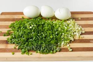 Отвариваем 3 яйца, чистим их. Зелёный лук (120 г) моем, измельчаем.
